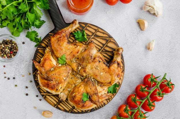 Pollo da tabacco, un piatto tradizionale della cucina georgiana pollo fritto con aglio e pepe. orientamento orizzontale.