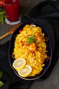 Pollo del primo piano con riso cucinato nello stile indiano