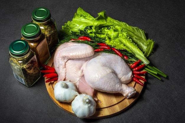 Pollo e verdure crudi su un tagliere