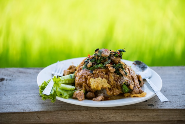 Pollo fritto con foglie di basilico