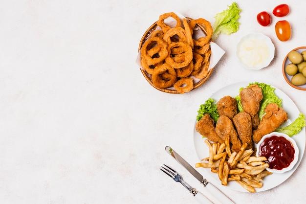 Pollo fritto con patatine fritte e copia spazio