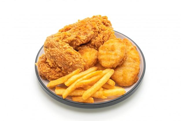 Pollo fritto con patatine fritte e pasto di pepite (cibo spazzatura e cibo malsano)