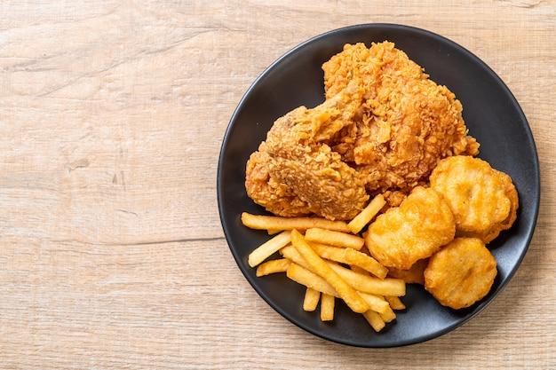 Pollo fritto con patatine fritte e pasto di pepite