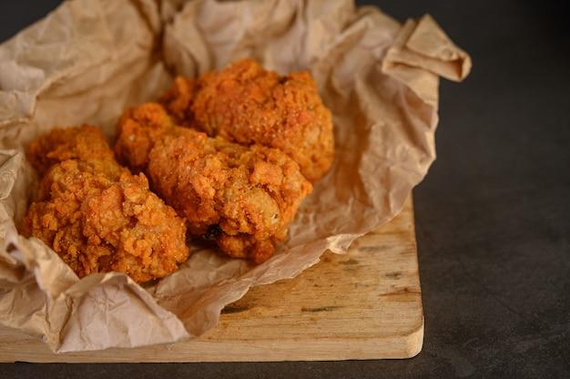 Pollo fritto croccante su carta marrone