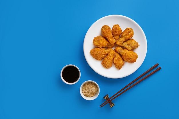 Pollo fritto fresco su un piatto bianco. vista dall'alto, piatto