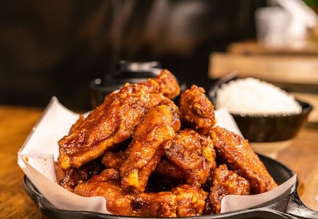 Pollo fritto nel piatto