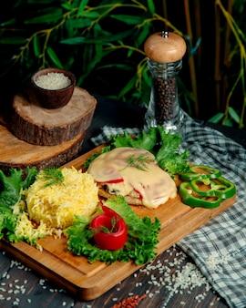 Pollo fritto sotto formaggio con riso