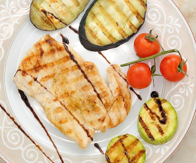 Pollo grigliato e verdure grigliate