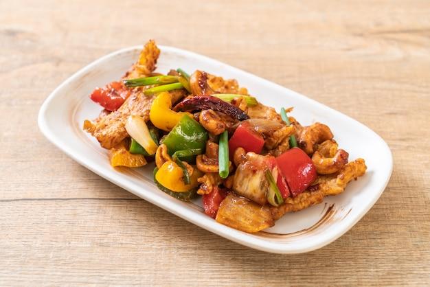 Pollo in padella con anacardi