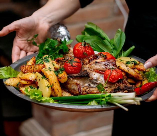 Pollo infornato con patate e pomodori