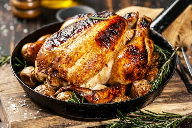 Pollo intero al forno con spezie in padella