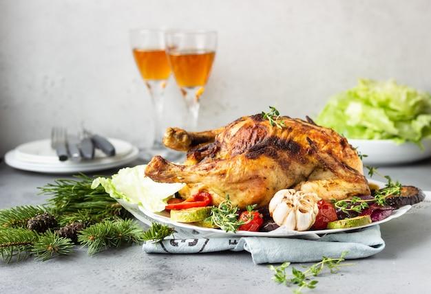 Pollo intero al forno con verdure, timo e insalata. concetto di natale o capodanno.