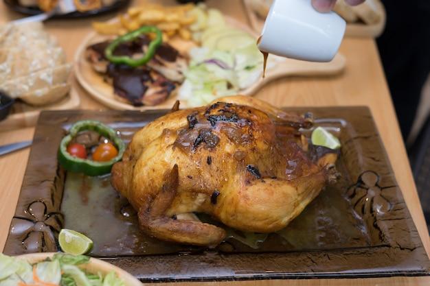 Pollo intero al forno su un piatto