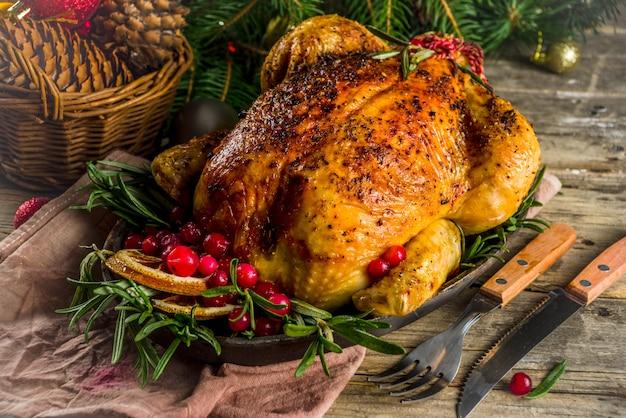 Pollo intero arrosto con decorazioni natalizie