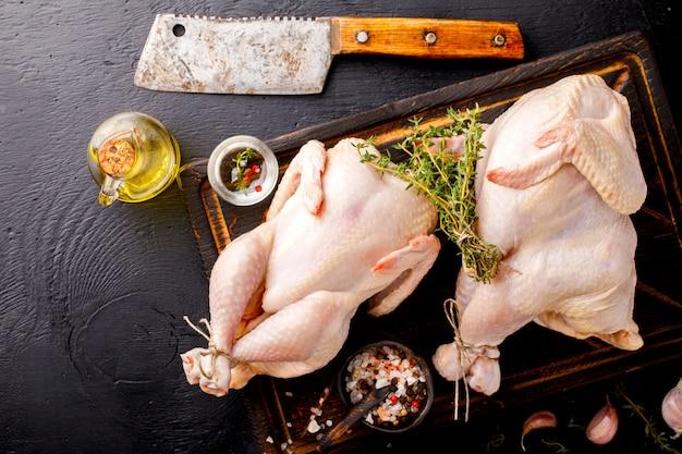 Pollo intero crudo con erbe e spezie