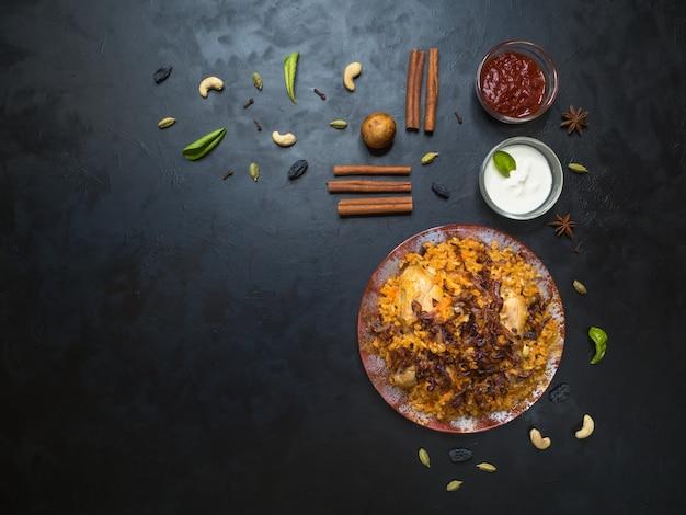Pollo makbous al-thahera, cibo tradizionale nella regione araba. cibo mediorientale.