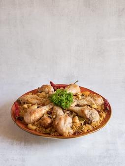 Pollo makbous al-thahera, cibo tradizionale nella regione araba.