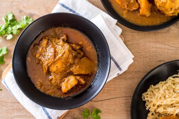 Pollo massaman curry pasta con noodle