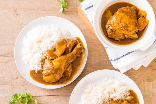 Pollo massaman curry pasta con riso