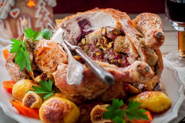 Pollo natalizio ripieno di pancetta, pistacchi, fichi e pane