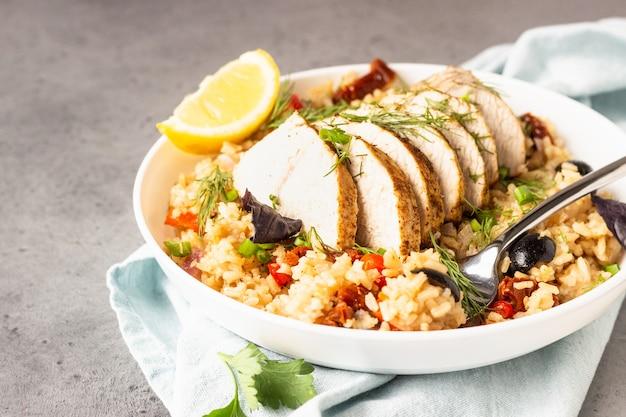 Pollo o tacchino alla griglia con riso e verdure.