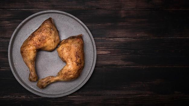 Pollo piatto disteso sul vassoio con copia-spazio