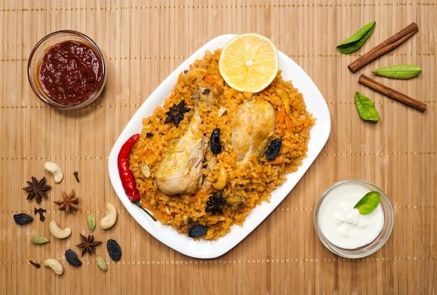 Pollo piccante delizioso biryani in ciotola bianca, cibo indiano o pakistano.