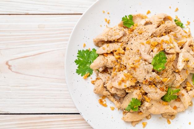 Pollo saltato in padella con aglio e pepe