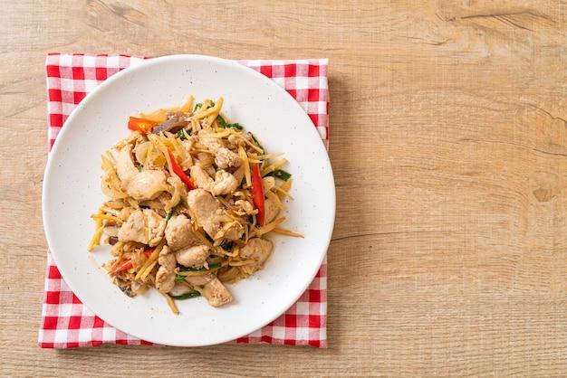 Pollo saltato in padella con zenzero, cucina asiatica