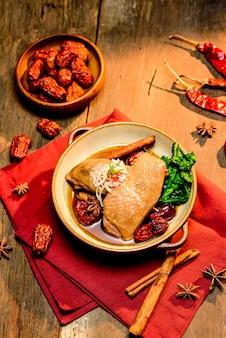 Pollo stufato con spezie