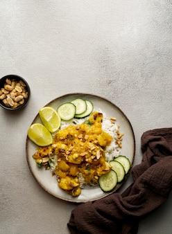 Pollo tailandese dell'arachide con il curry piccante del mango della calce
