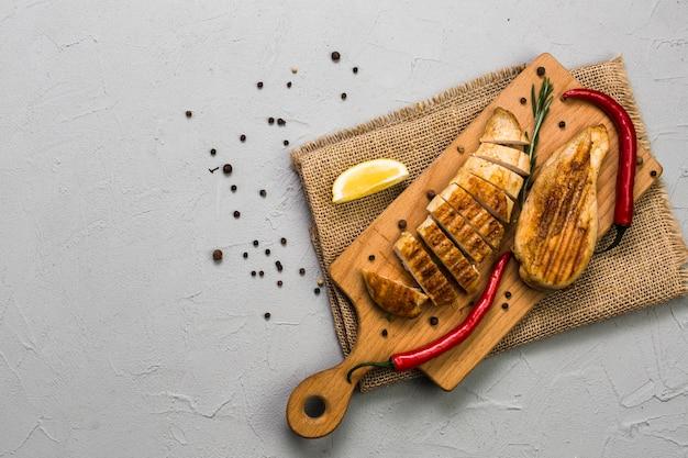 Pollo vicino al taglio di pepe e limone