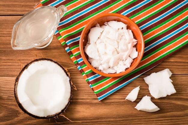 Polpa di cocco e latte di cocco su un tavolo di legno