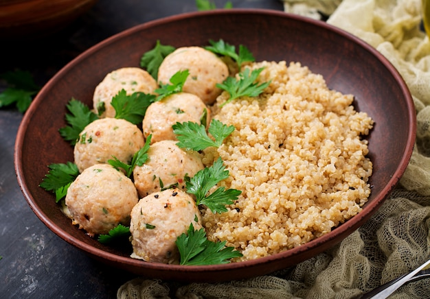 Polpette al forno di filetto di pollo guarnite con quinoa
