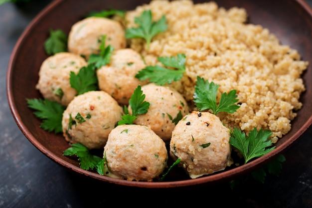 Polpette al forno di filetto di pollo guarnite con quinoa