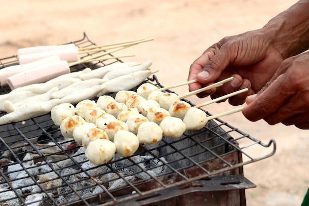 Polpette alla griglia al cibo di strada