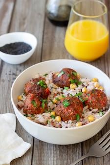 Polpette con riso, ceci e semi di sesamo. mangiare sano. dieta. cucina orientale.