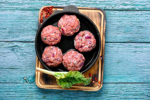 Polpette di carne crude fresche