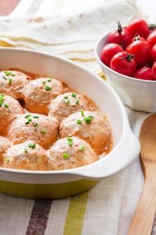 Polpette di chacken cotte in salsa di pomodoro cremosa