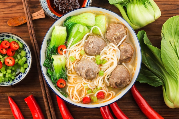Polpette di cibo cinese servite con noodles,