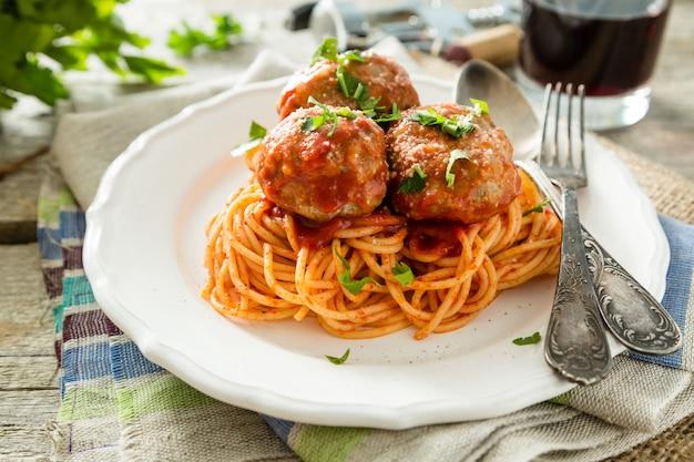 Polpette e spaghetti sul piatto bianco