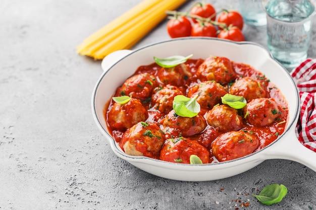 Polpette fatte in casa con salsa di pomodoro