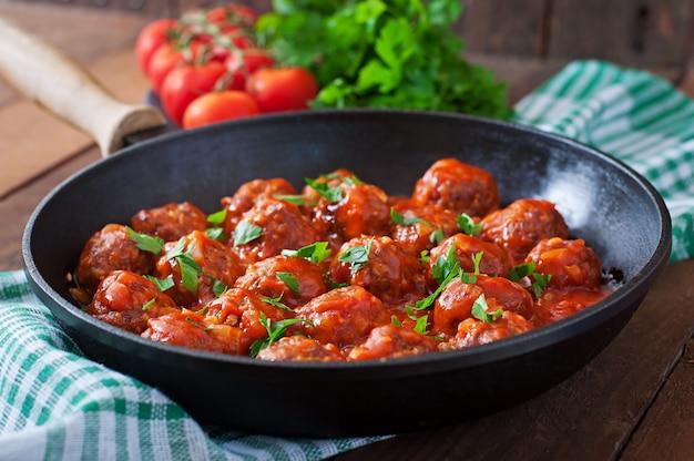 Polpette in salsa di pomodoro agrodolce.