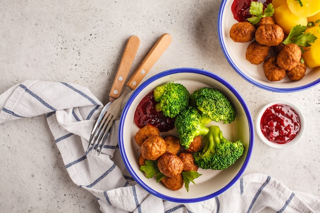 Polpette svedesi con broccoli, patate lesse e salsa di mirtilli. concetto di cibo tradizionale svedese.