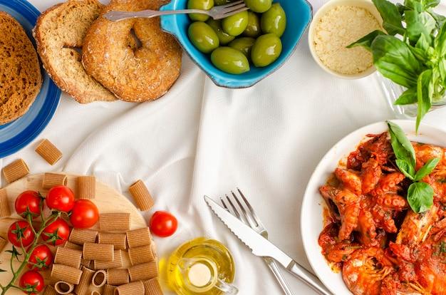 Polpo e gamberi in umido con pomodori e altri piatti mediterranei