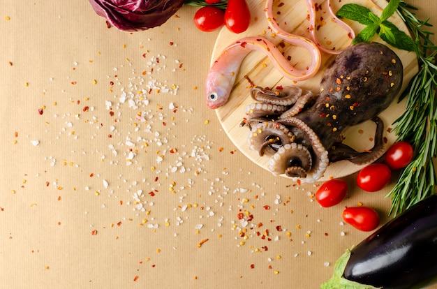 Polpo fresco fresco, pesce e verdure