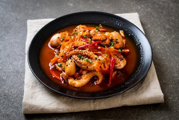 Polpo o calamari saltati in padella con pasta piccante coreana (osam bulgogi)