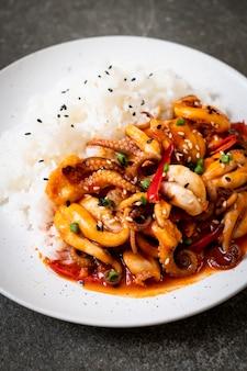 Polpo o calamari saltati in padella e pasta piccante coreana (osam bulgogi) con riso