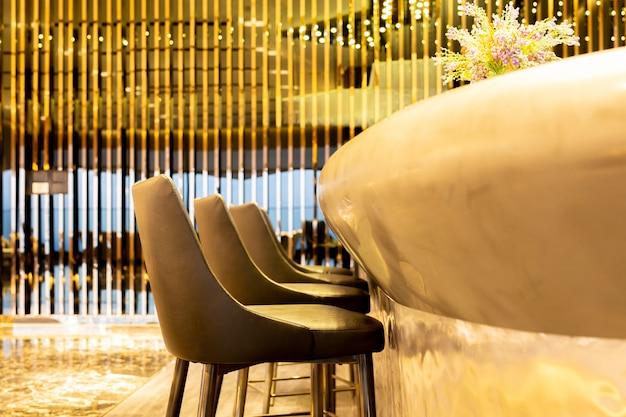 Poltrona di design degli interni con moderni sgabelli in pelle nella lussuosa lounge.