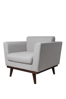 Poltrona moderna in tessuto grigio brillante con gambe in legno isolato su bianco.